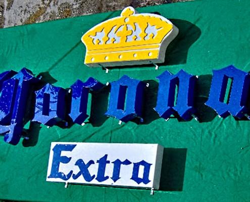 Corona Extra - Letrero armado tipo 3D en acrílico azul, letras y logotipo calados y montados sobre bases armadas en acrílico.