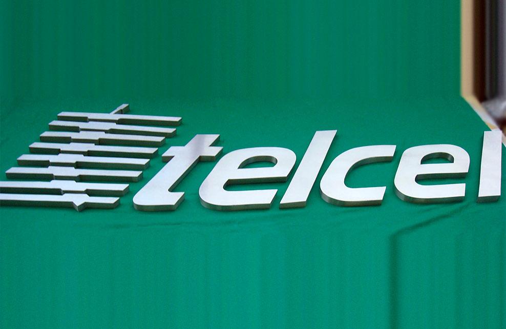 TELCEL - Letrero y logotipo armado tipo 3D en acero inoxidable, terminado satinado mate.