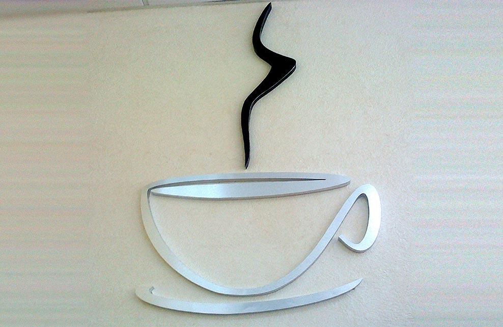 TAZA DE CAFÉ - Logotipo armado tipo 3D en aluminio natural y anodizado en color negro, terminado mate.