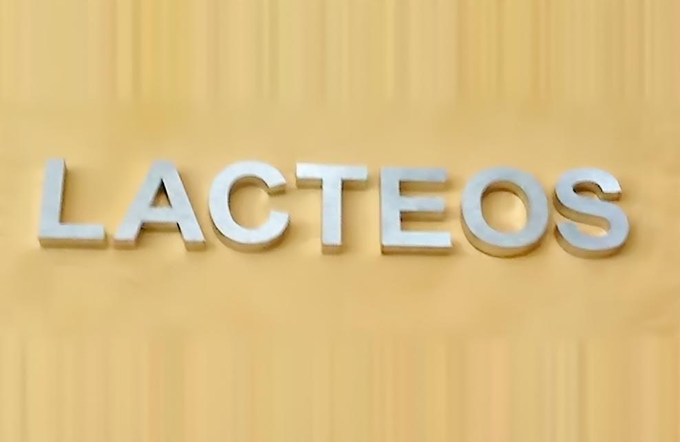 LACTEOS - Letrero armado tipo 3D en aluminio natural de importación, terminado mate.