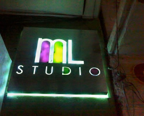 ML STUDIO - Logotipo armado hueco tipo caja en aluminio con incrustaciones de acrílico iluminado a base de leds.