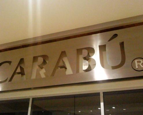 CARABÚ - Letrero tipo caja, calado hueco en acero inoxidable, terminado mate.