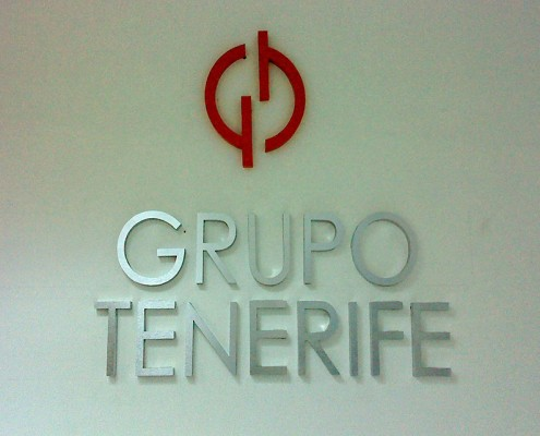 GRUPO TENERIFE - Letrero armado tipo 3D en aluminio natural detalles en color rojo, terminado mate.