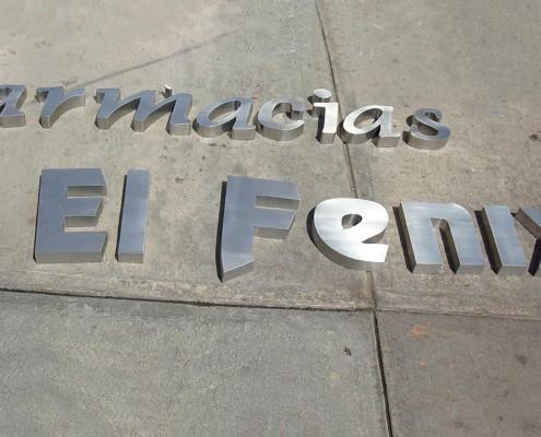 FARMACIAS EL FÉNIX - Letrero armado tipo 3D en acero inoxidable, terminado satinado mate.