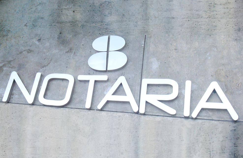 NOTARIA - Letrero armado tipo 3D en aluminio natural, terminado mate.