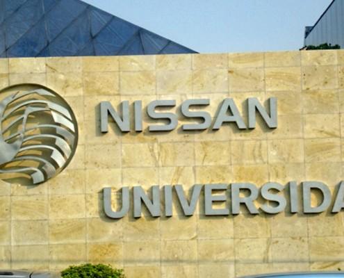 NISSAN UNIVERSIDAD - Letrero y logotipo armado tipo 3D en acero inoxidable, terminado mate.