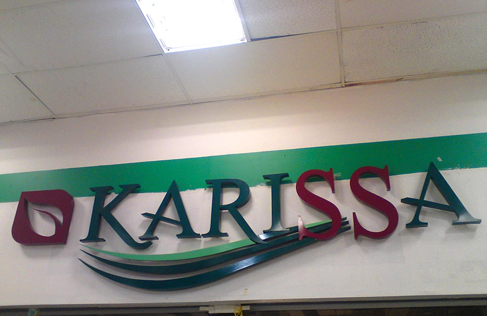 KARISSA - Letrero armado tipo 3D en aluminio, pintado a base de primer y esmalte acrílico.