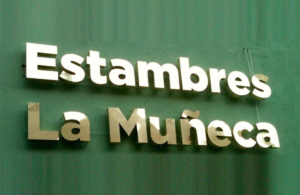 ESTAMBRES LA MUÑECA - Letrero armado tipo 3D en aluminio de importación, terminado brillante.