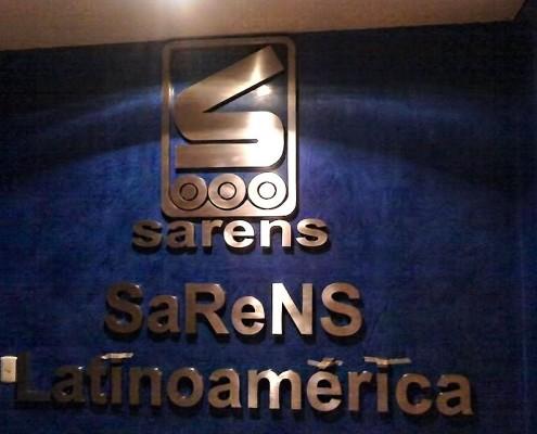 SARENS LATINOAMERICA - Letrero y logotipo armado tipo 3D en acero inoxidable, terminado mate.