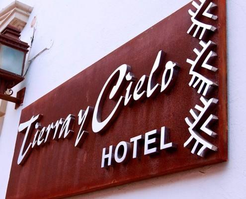 TIERRA Y CIELO HOTEL - Letrero armado tipo 3D en acero inoxidable, terminado satinado mate.