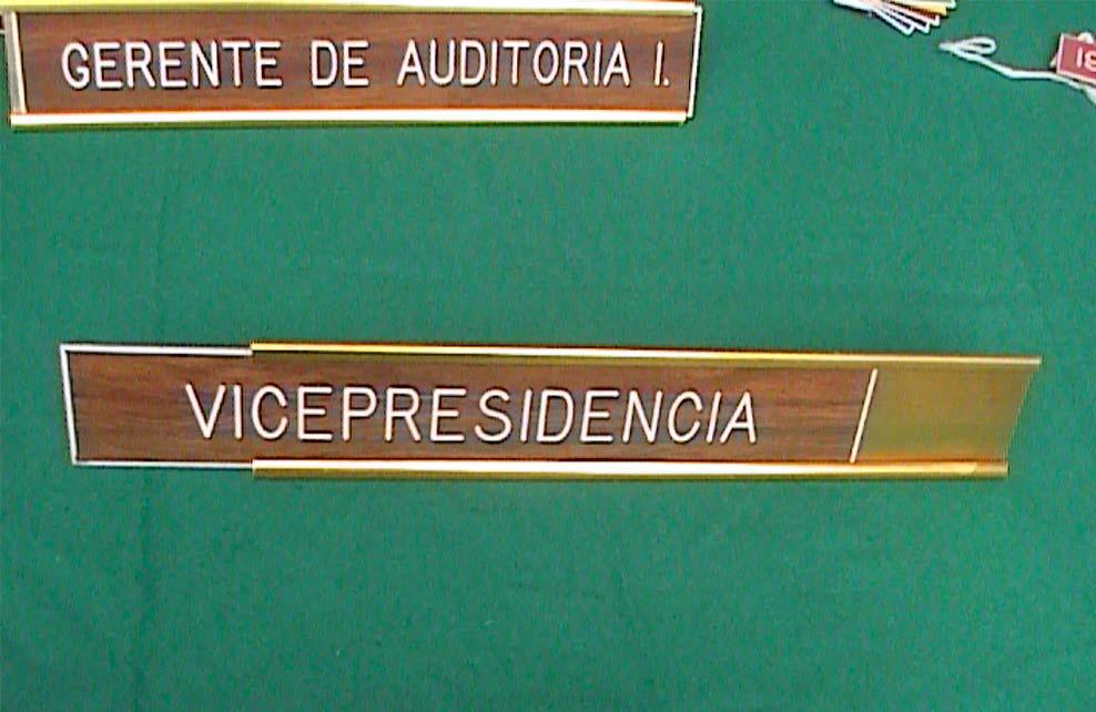 VICEPRESIDENCIA - Letrero grabado y biselado en gravoply en bajo relieve a base de pantógrafo.