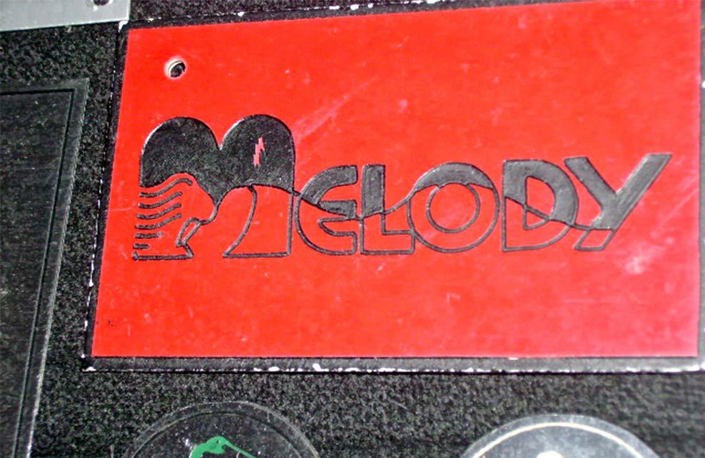 MELODY - Letrero grabado y biselado en gravoply en bajo relieve a base de pantógrafo.