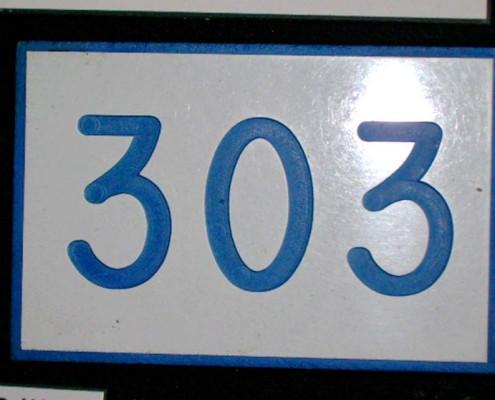303 - Letrero grabado y biselado en gravoply en bajo relieve a base de pantógrafo.