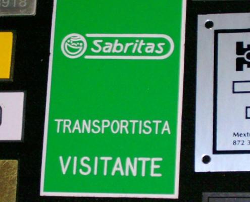 SABRITAS. Letrero grabado y biselado en gravoply, bajo relieve a base de pantógrafo.