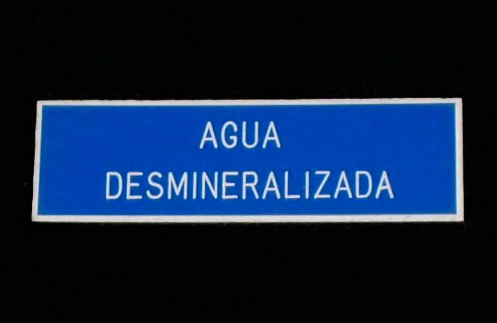 AGUA DESMINERALIZADA - Letrero grabado y biselado en gravoply en bajo relieve a base de pantógrafo.