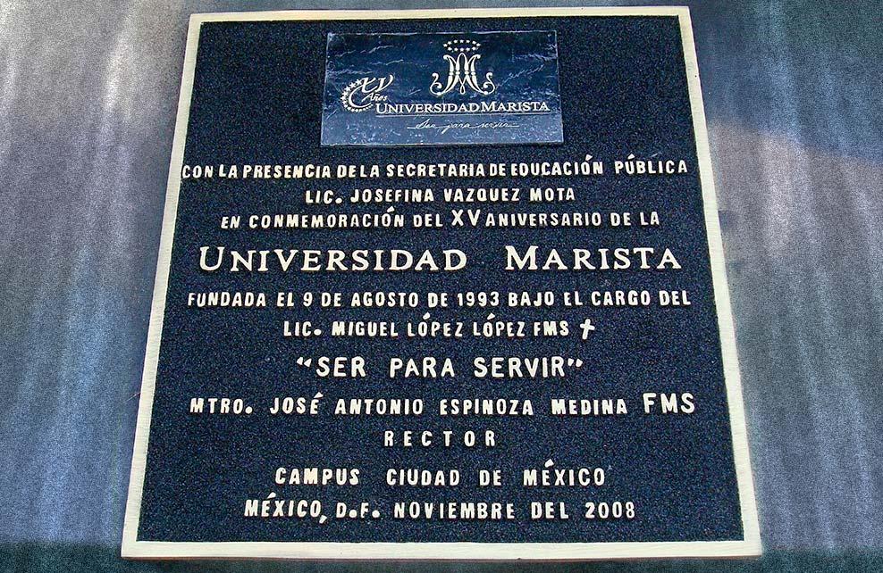 UNIVERSIDAD MARISTA - Placa fundida en bronce, terminado mate, fondo negro, en medida aproximada de 50 x 90 cm.