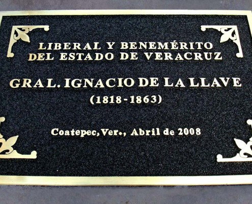 LIBERAL Y BENEMERITO DEL ESTADO DE VERACRUZ. Placa fundida